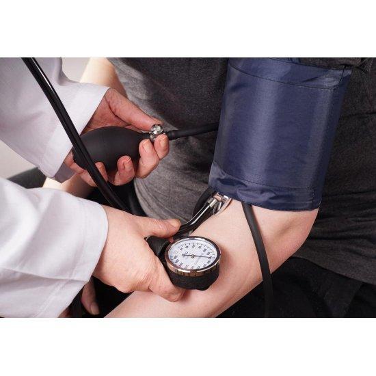 دستگاه فشار خون دستی بایوتک ام جی   گرفتن فشار خون ساده